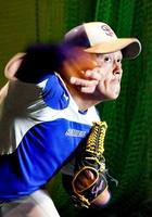 力強い投球をみせる軟式野球の鈴木健一=福井県営球場