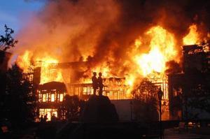 2008年6月、炎に包まれる米ロサンゼルスのテーマパーク、ユニバーサル・スタジオ・ハリウッドの施設(AP=共同)