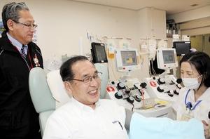 最後の献血を行う樋田信男さん(中央)=4月3日、福井県赤十字血液センター内の献血ホール「いぶき」