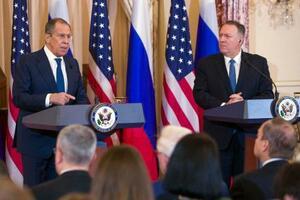 10日、ワシントンでの会談後に共同記者会見するロシアのラブロフ外相(左)とポンペオ米国務長官(AP=共同)