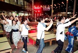 「おとなえんにち」で盆踊りを楽しむ来場者=14日夜、福井市のハピリンの屋根付き広場ハピテラス