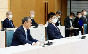 成長戦略会議であいさつする菅首相(手前左)=1日午後、首相官邸